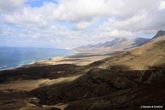 Poche spiagge delle isole Canarie meritano così tanto l'attributo di selvaggia come quella di Cofete, a Fuerteventura, 12 chilometri di sabbia e mare irruento.
