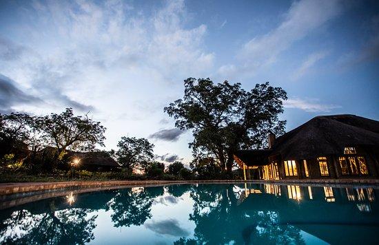 Mkuze, Sudáfrica: Somkhanda lodge in the evening
