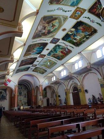 Los murales de esta iglesia poseen intensos colores, imposible dejar de mirarlos