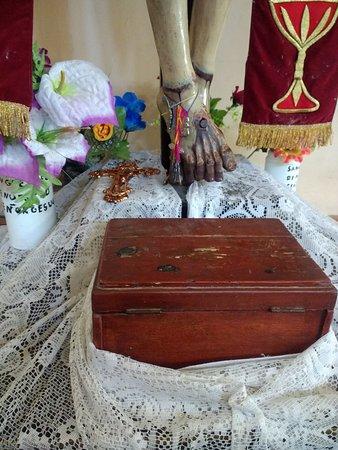 Los fieles dejan pulseras en los pies de la imagen como muestra de la gratitud por los deseos concedidos