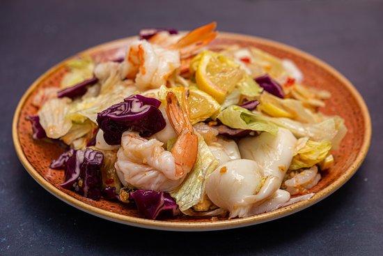 1.4 Салат из капусты с морепродуктами в соусе свит чили