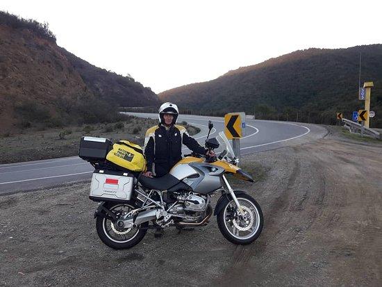 Nogales, Chile: Junto a mi fiel y sacrificada compañera de rutas y aventuras, en un alto de descanso. Cuesta El Melón, Chile