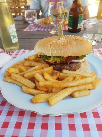 Burger maison préparé avec des produits locaux de qualité!