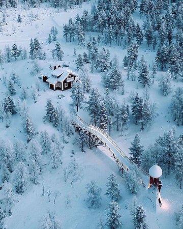 فنلندا: Lapônia - Finlândia 🇫🇮 A Lapônia, região no extremo norte da Finlândia, é uma área esparsamente povoada que faz divisa com Suécia, Noruega e Rússia e é banhada pelo Mar Báltico. A área é conhecida por suas vastas áreas selvagens subárticas, seus resorts de esqui e seus fenômenos naturais, como o sol da meia-noite e a aurora boreal. A capital, Rovaniemi, é a via de acesso para a região l Fotos por @meirr