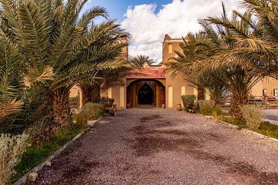 Alnif, Maroc: Entrance to Kasbah Meteorites Restaurant