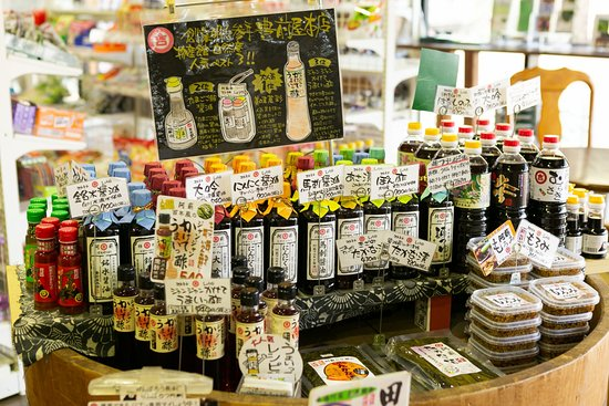 南阿蘇村, 熊本県, 物産館自然庵では、創業明治三年『豊前屋本店』の人気商品を取り揃えております。看板商品の阿蘇の醤油「大吟」(だいぎん)は、おさしみからお豆腐まで…目からウロコの一本です!そのほか、「クセになる風味」が大人気のにんにく醬油や、『たまごごはん』専用醤油などもございます。