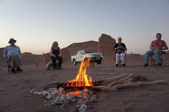 Kerman Province, Iran: El clima de Dasht-e-Kavir es casi sin pluviosidad y la región es muy árida. Las temperaturas pueden llegar a los 50 °C en el verano y la temperatura media en enero es de 22 °C. Las temperaturas diurna y nocturna durante un año puede diferir hasta en 70 °C. La lluvia cae normalmente en el invierno.  El suelo del desierto está cubierto de arena y guijarros; hay algunos pantanos, lagos y wadis. Las altas temperaturas hacen que la vaporización sea extrema, lo que deja los pantanos y los suelos lodos