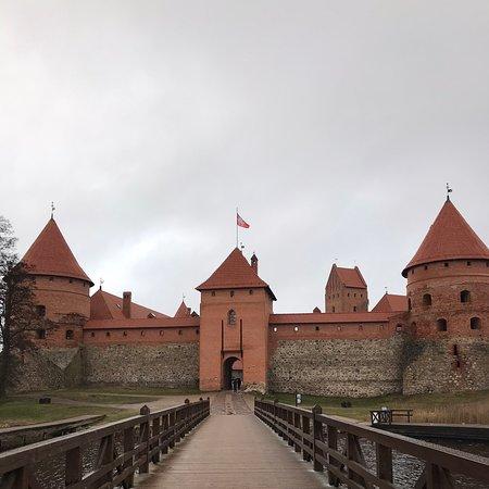 Атмосферный замок в Литве🥰 Находится не далеко от Вильнюса. Конечно после автобусной остановке ещё идти минут 25-30, но поверьте, это стоит того. Была зимой 2020. Не смотря на погоду, атмосферно, красиво. Стоит побывать внутри замка и посмотреть как раньше жили🗺.
