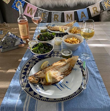 De zeetong a la meuniere met frites werden thuis op de feestelijk gedekte tafel geserveerd. Fles Rose erbij en het feest was weer compleet🎉