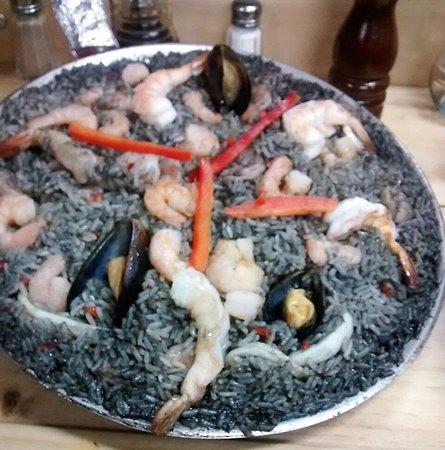 paella negra, el color por la tinta de calamar,  con anillos de calamar, camarones, langostinos, mejillones