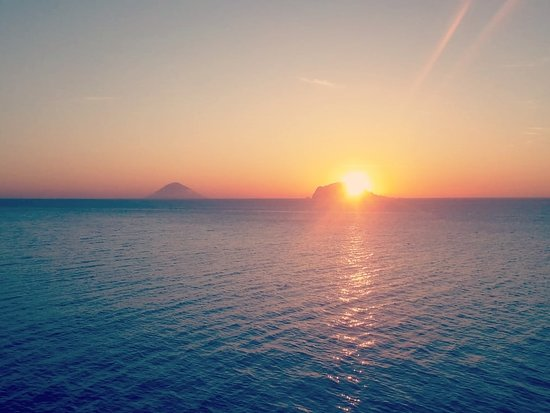 Aeolian Islands, Italija: Una splendida alba alle isole Eolie . Basiluzzo.  Eolie . Sicilia . Italia