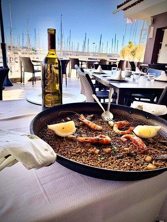 Bonito día para disfrutar de la terraza / Nice day to enjoy the terrace. #restauranteelpuertotorrevieja #terraza #terrace @ Restaurante El Puerto  www.elpuerto.rest