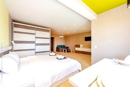 Номер категории Супериор — новые стильные номера с ремонтом 2019/20 года с кроватью king-size и раскладным диваном для дополнительного размещения. Подойдет для пары или семьи с ребенком.