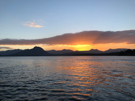 Moogerah, أستراليا: Walk down to the shore of Lake Moogerah and watch the sun go down over the Scenic Rim mountains and see the reflection of the magical colours on the water. 