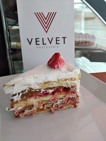 Torta Amor (Hojarasca, manjar, frambuesas y crema de Vainilla), una delicia.