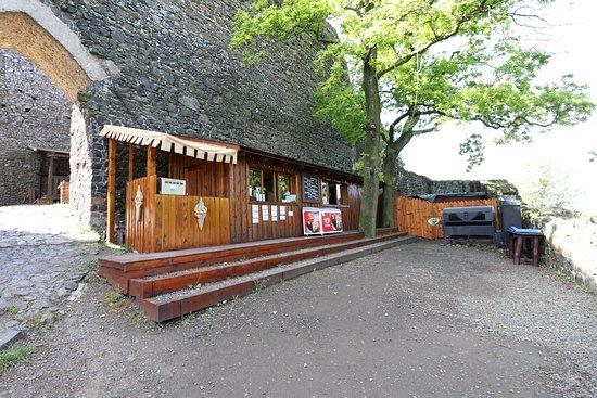 Troskovice, Csehország: Little charming restaurant in the first Trosky castle's courtyard. Czech and Slovak cuisine. Great Czech beer and homemade goulash served in onion bread. Nice atmosphere.