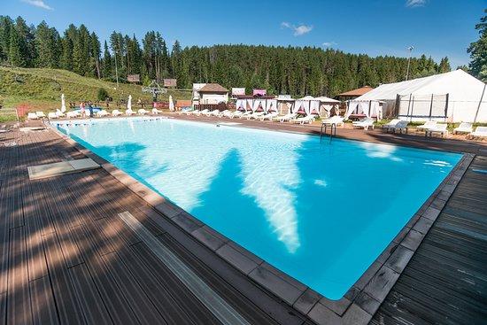 Чистый подогреваемый бассейн в течение всего лета. Включено в услугу дневного пребывания /прожив