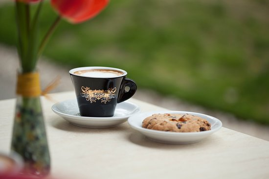 Helyben készített aszalt gyümölcsös keksz cappuccino-val.