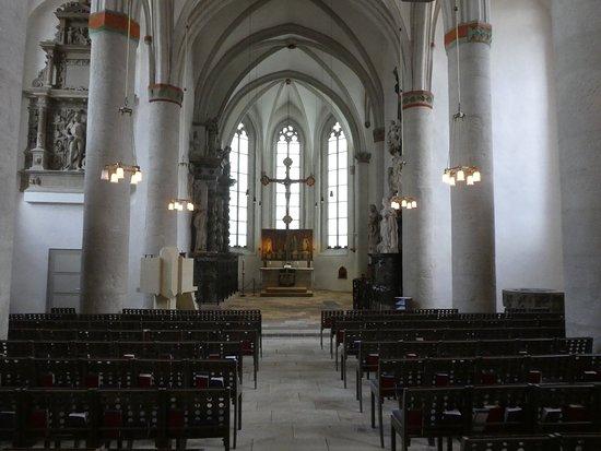 Inne i kyrkjerommet