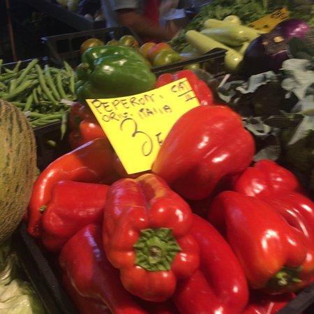 Cagliari, إيطاليا: Cagliari mercato di via Quirra uno splendore di verdure varie locali