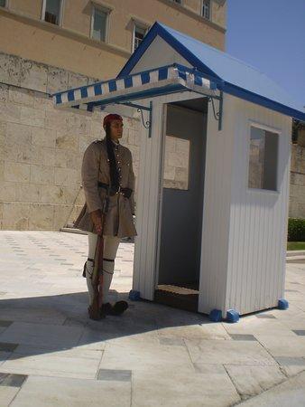 """uno de los """"Evzones"""" con su uniforme tradicional.....Tumba del Soldado Desconocido"""
