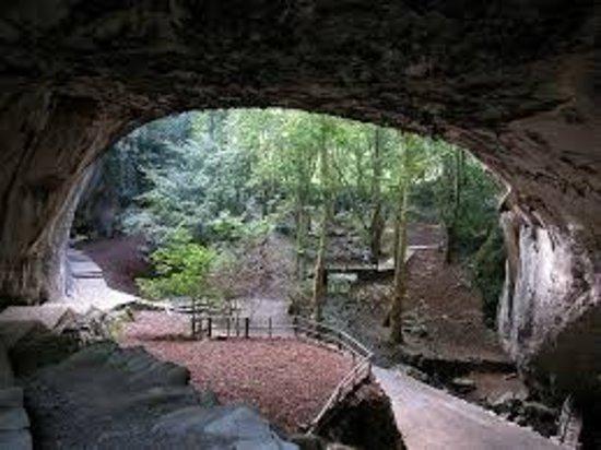 ZUGARRAMURDI-NAVARRA  Bonito pueblo típico Navarro en el valle del Batzan , las cuevas denominadas de las brujas,  pues según la leyenda varias mujeres de la localidad  fueron acusadas de brujas y algunas condenadas a morir en la hoguera .En ellas se celebran en Junio la fiesta del Akelarre.