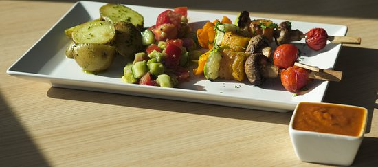 The vegan skewer is made with delicious vegetables marinated in a special marinade that enhances all of their flavours.
