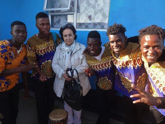 Swakopmund, Namibia: Enquanto experimentávamos as comidas, um grupo de jovens cantores conhecido como ACapella fez uma bonita apresentação, utilizando apenas a voz e o Djembê; um tipo de tambor antigo muito importante nas culturas africanas. O grupo faz um bonito trabalho recrutando jovens que possuem afinidade musical, com o objetivo de retirá-los das ruas.