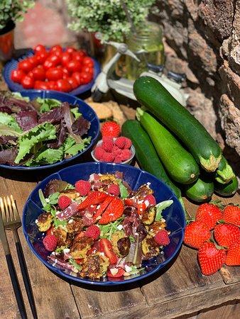 Notre BOWL ZUCCHINI : Galette de carotte+ courgette+ boulgour, Tomate cerise, coppa, fraises framboises, feta, jeunes poussés et Roquette.