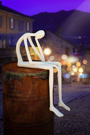 Udenfor galleriet byder manden på olietønden velkommen. Skulptur af Gunvar Kappel.