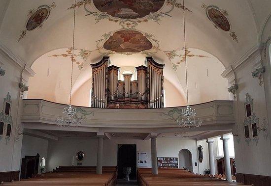 Pfarrkirche St.Leonhard à Brunnen (vue intérieure avec tribune et orgue)