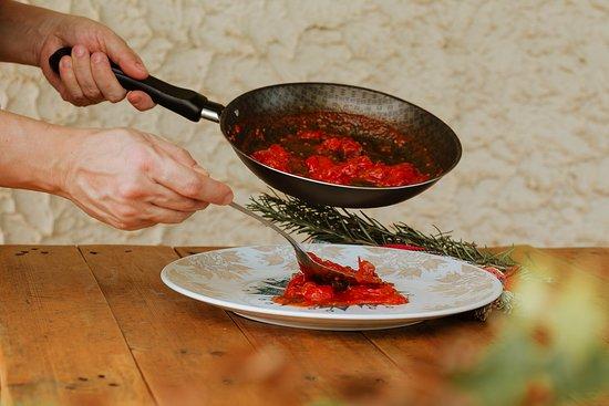 Para alimentar nossa paixão pela culinária: o vermelho intenso do Molho de Tomate Confitado e Copa.