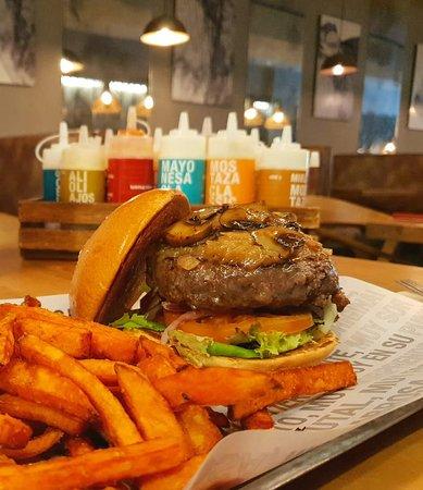 ¡Feliz día Internacional de la hamburguesa! 🍔🍔 Disfruta de todas ellas en nuestra terraza o pidiendo a domicilio 📲📲