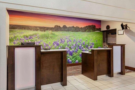 La Quinta Inn & Suites by Wyndham Kerrville: Lobby