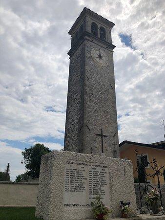 Il Campanile visto dal piccolo Monumento ai Caduti posizionato sulla Piazza ....