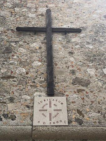 La Croce posizionata sulla parete del Campanile ...