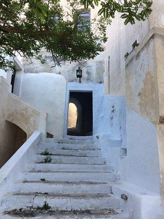 Τhe medieval settlement of Pyrgos retains endless elements of the Venetian Empire. It is full of stone alleys, arches, small squares, countless churches, mansions and simple country houses.