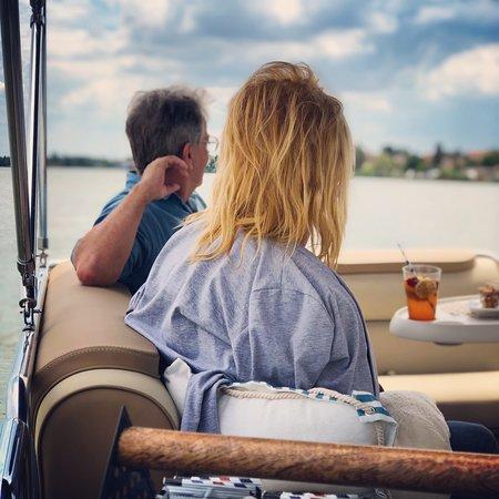 Rackeve, Ungern: Igazi kellemes tavaszi időjárás, ragyogó napsütés...☀️ A Ráckevei (Soroksári) Duna-ág csodálatos világa és Ráckeve pazar látképe... 🌆 Egy hűsítő limonádé... 🍹 A Selfie Boat fedélzete Téged is vár... 💦🛥⚓️