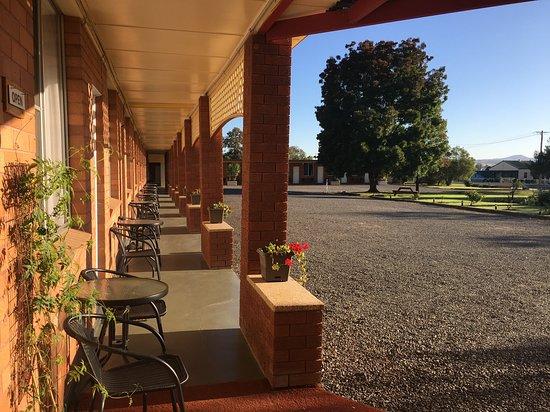 Quirindi, Australia: Plenty of parking with view over the beautiful garden