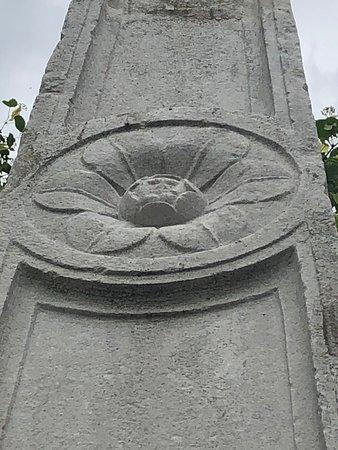 Colonna trapezoidale in pietra brunita posta in parte al Portico ....