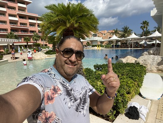 Brilliant entertainment here! Gorgeous pools too!