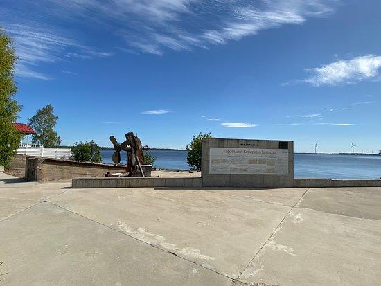 Eikanpuisto ja Reposaaren konepajan muistomerkki