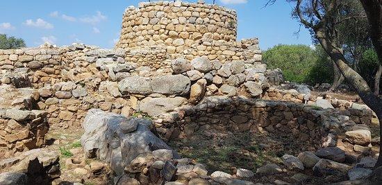 """La Prisgiona es una estructura de tipo complejo, llamado """"a tholos"""", en el que domina una torre central """"mastio""""."""