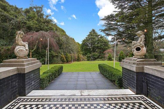 Hotel Gardens / Entrance