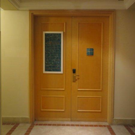 ทางเข้าห้องฟิตเนส จะอยู่ภายในพื้นที่ ใกล้ กับ สปา ครับ