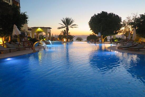 """ยามเย็น บรรยากาศบริเวณโดยรอบโรงแรมและ บริเวณ สระว่ายน้ำ  ท่านจะมองเห็น ที่ท้องฟ้าเป็น""""สีน้ำเงิน"""" สวยและโรแมนติกสุดๆ"""