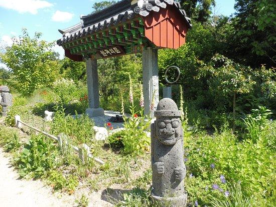 Wiesent, Germany: koreanisches Tempeltor mit Wächterstatue