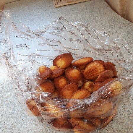 Des madeleines tout juste sorties du four, chaque jour à 16 h !! Et les financiers alors !! Les non gourmands vont changer d'avis...😊