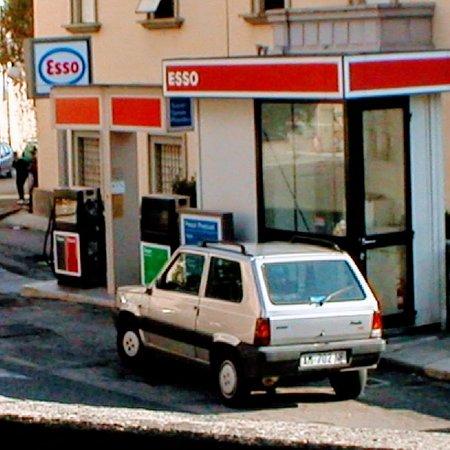San Donato Val di Comino, Italy: Esso has station on the street