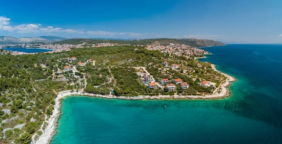Ciovo Island, Croacia: #destinationoftheweek #ciovo #luxuriousvillas #villasforfamiliesorgroups #beautifulbeaches #peacefuldestinationnearcitiesliketrogirandsplit #croatia #vipholidaybooker #readfaq #whattodoandwhwrwtoeat